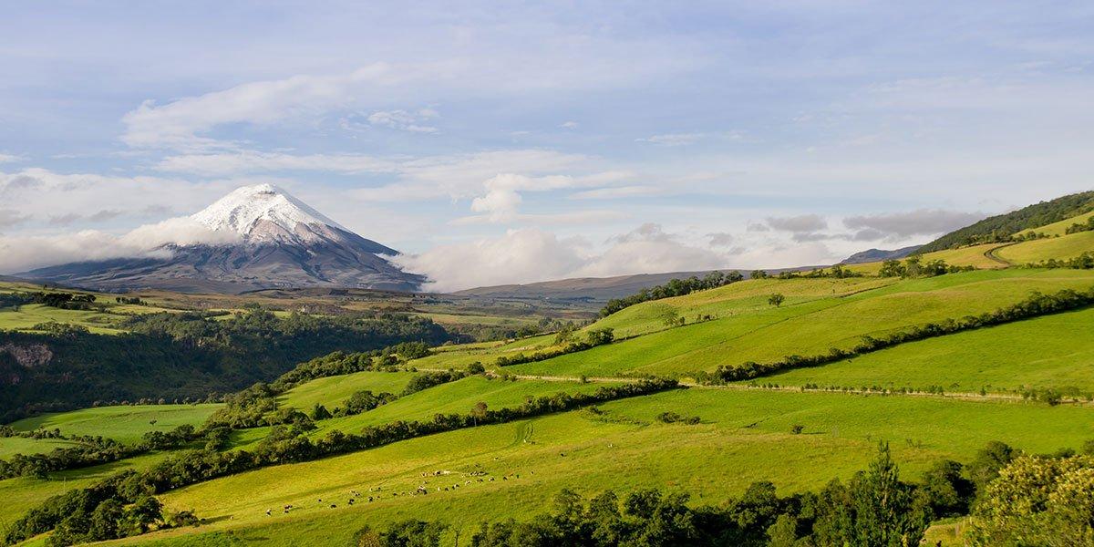 Landskap med vulkan i Ecuador