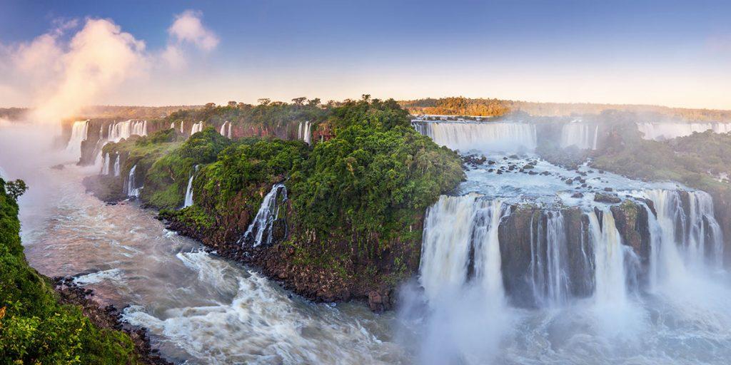 De stora och mäktiga Iguassufallen är ett av Brasiliens största turistattraktioner, beläget vid Iguaçufloden på gränsen mellan Argentina och Brasilien.