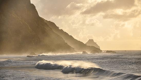 Kustbild från Fernando de Norhonha i Brasilien