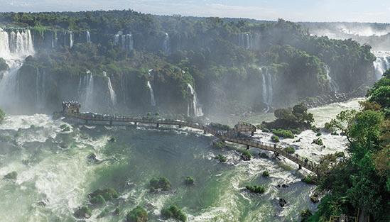 De Argentinska fallen vid Foz de Iguazo på gränsen mellan Argentina och Brasilien