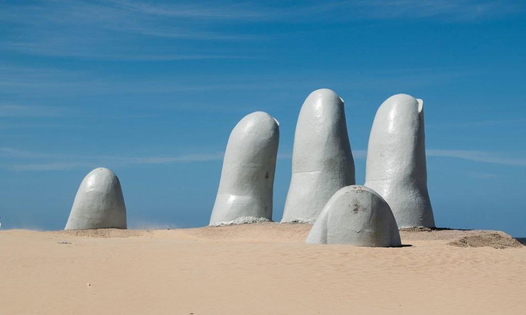Gigantisk hand som sträcker sig upp genom sanden. Punta del Este, Maldonado Uruguay