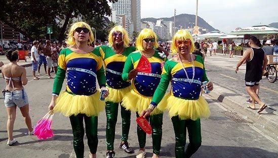 Glada deltagare från Karnevalen i Rio de Janeiro