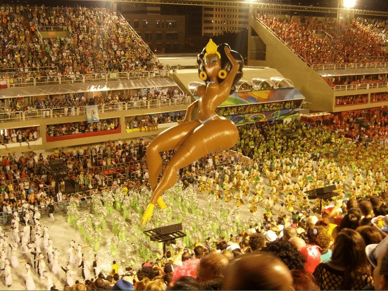 Karnevalståg inne på Sambadromo, Rio